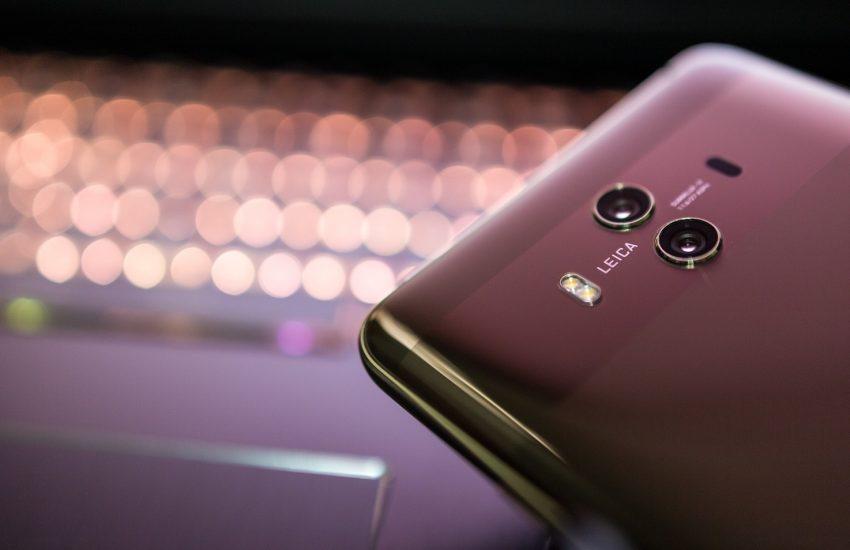 Británie vyloučila čínskou firmu Huawei z budování sítí 5G
